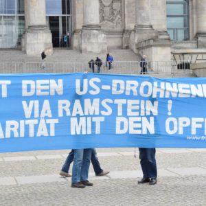 Protesttransparent: Stoppt den US-Drohnenkrieg via Ramstein! Solidarität mit den Opfern!