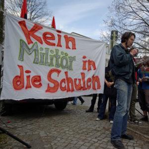 Protestaktion gegen Bundeswehr-Werbung vor einer Schule in Berlin-Zehlendorf.