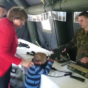 Bundeswehrsoldat lässt Kind Waffe anfassen