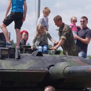 """Kinder auf Panzer am """"Tag der Tag der offenen Tür"""" am 19. Juni 2016 in der Ostmark-Kaserne in Weiden"""