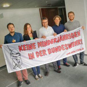 Gemeinsames Foto von Kampagnen-Aktiven mit dem Grünen-Bundestagsabgeordneten Tobias Lindner.