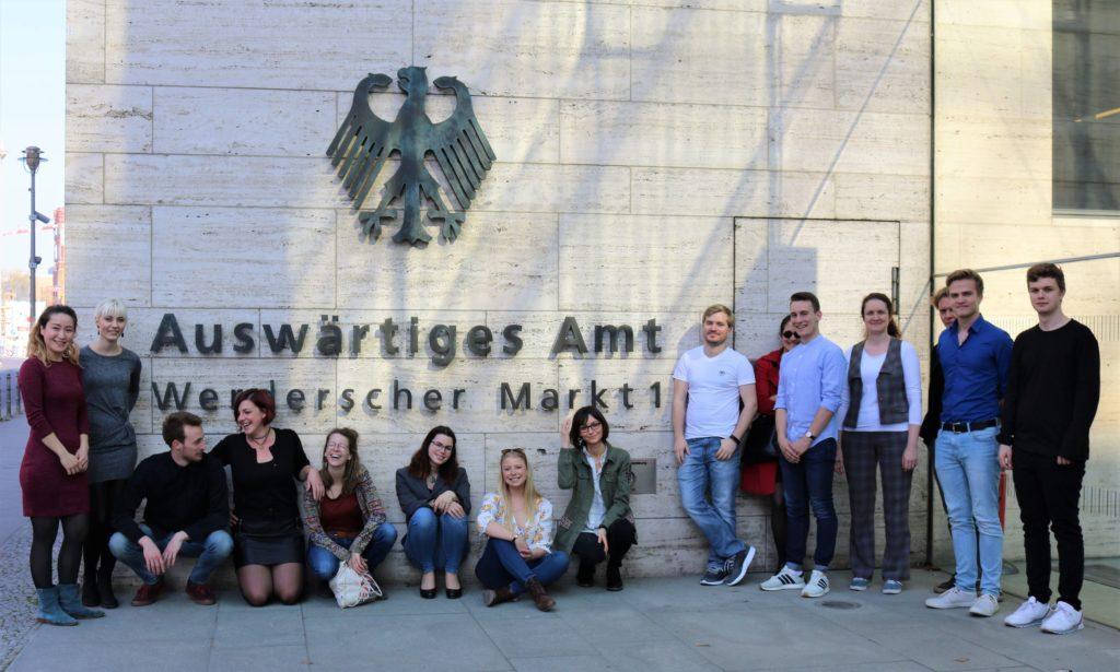 die UN-Jugenddelegation vor dem Auswärtigen Amt in Berlin