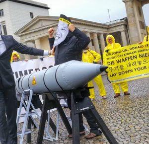Menschenkette für Beitritt Deutschlands zum UN-Atomwaffenverbot