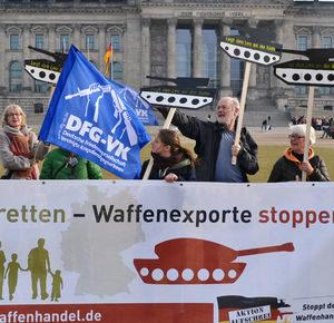 """Zum Tag der Deutschen Einheit 2015 Aktion von """"Aktion Aufschrei – Stoppt den Waffenhandel!"""""""