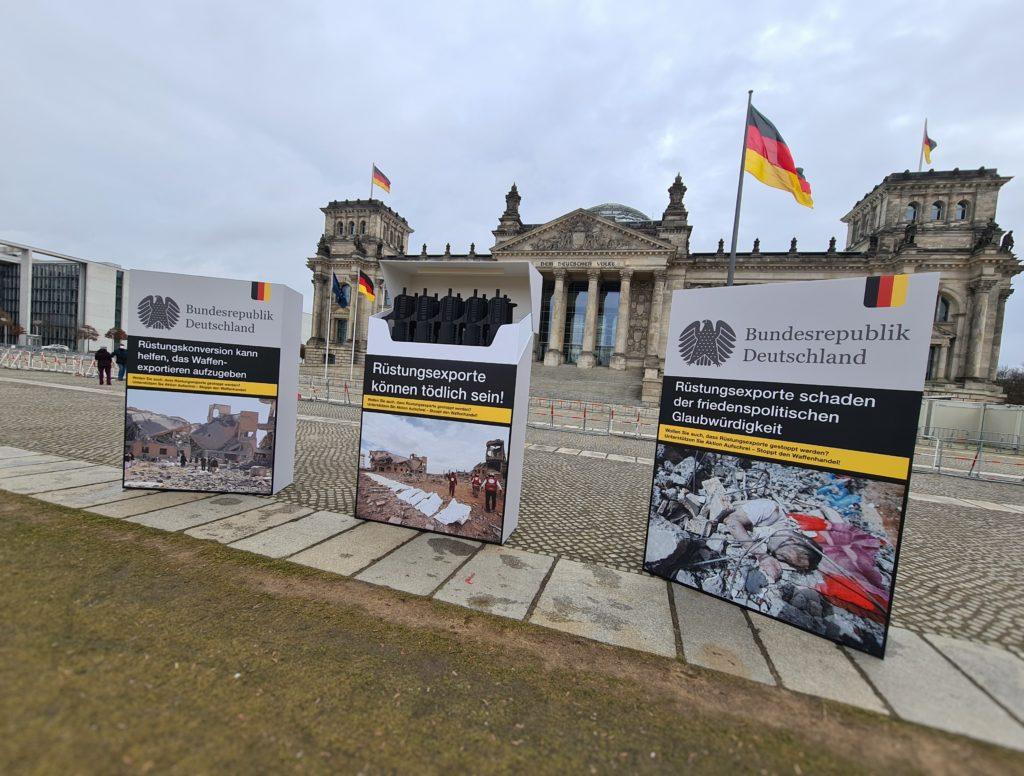 Aktion für ein Rüstungsexportkontrollgesetz vor dem Reichstag in Berlin